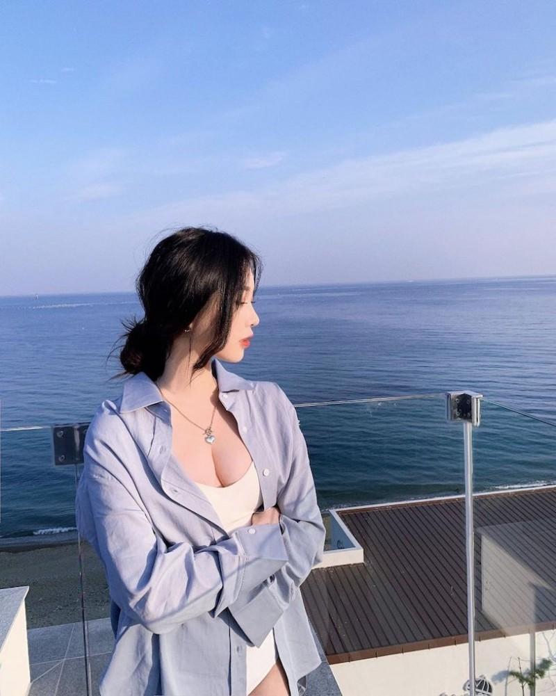 【波多野结衣】辣辣der!美正妹赏景「画面好低胸」,性感视角根本「海景第一排」!